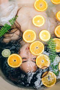 zena ponorena v citrusovom kupeli